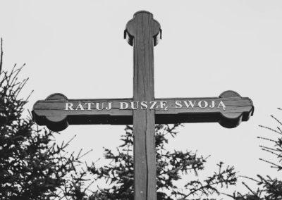 Krzyż na zewnątrz kościoła z napisem RATUJ DUSZĘ SWOJĄ